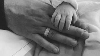 Mit diesem Foto gibt Granit Xhaka am Montag die Geburt seiner Tochter bekannt.