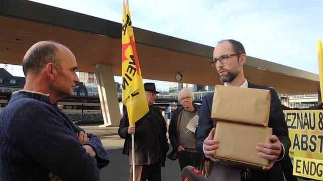 Atomkraftgegner forderten im Gegensatz dazu am Donnerstagnachmittag vor dem Ensi in Brugg die Abschaltung von Beznau und Leibstadt.