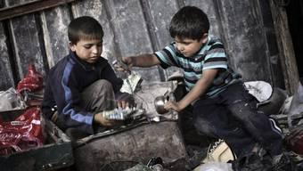 Palästinensische Kinder sammeln im Gazastreifen Metall (Archiv)
