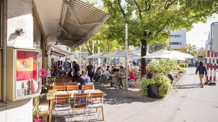 Für den Artikel von Andy Strässle zum Gundeli bräuchten wir aktuelle Bilder von der Güterstrasse. Dort werden zunehmend Ladenflächen zu Restaurants. Hier der Tellplatz