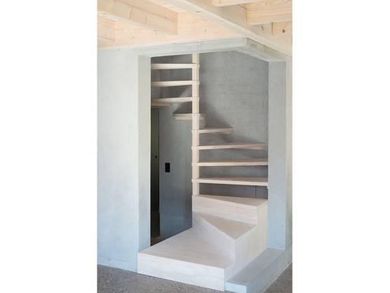 Lediglich der Betonkern mit  der Holztreppe und die Höhenversätze der Bodenplatte teilen den Raum ein.
