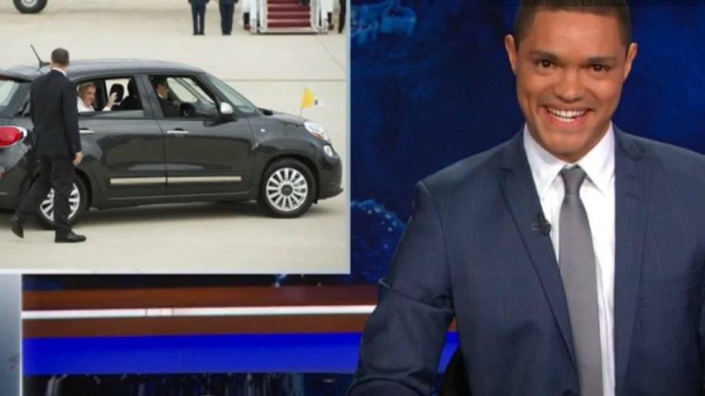 Trevor Howard witzelte in seiner ersten «Daily Show» auch über den winzigen Fiat des Papsts (Screenshot Youtube)