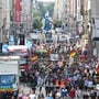 Teilnehmer sammeln sich in der Friedrichstraße zu einer Demonstration gegen die Corona-Maßnahmen. Foto: Paul Zinken/dpa