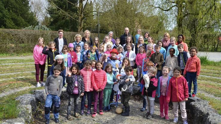 Fröhliche Kinderschar mit KiWo-Team in Luterbach