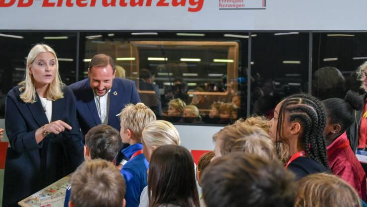 Norwegens Kronprinzessin Mette-Marit und ihr Mann Haakon, Kronprinz von Norwegen, auf dem Hauptbahnhof in Berlin: Das norwegische Kronprinzenpaar ist mit einem Literaturzug auf Reisen gegangen, von Berlin über Köln zur Frankfurter Buchmesse, wo in diesem Jahr Norwegen Gastland ist.