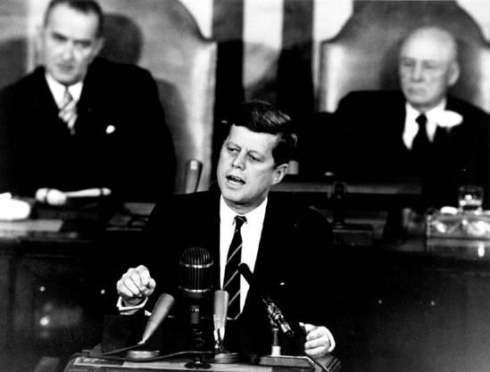 US-Präsident John F. Kennedy spricht am 25. Mai 1961 vor dem US-Kongress und sagt, die USA müssten das Ziel verfolgen, den ersten Menschen auf den Mond zu schicken.