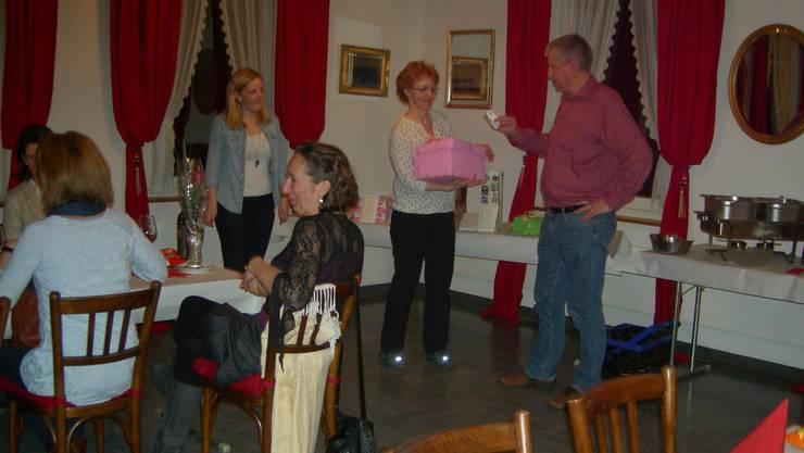 Irene und Sabine Aebi bei der Verlosung mit Glücksfee Leo Hollenstein