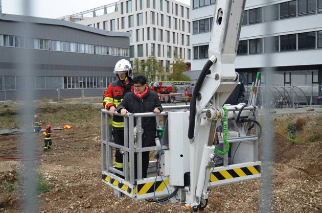 Das letzte Manöver seiner Feuerwehrleute führt  Kommandant Lukas Bucher mit Ehefrau Ingrid in die Baugrube