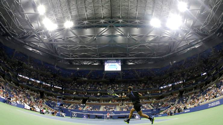 Rafael Nadal und Andreas Seppi traten als erste Spieler im geschlossenen Arthur Ashe Stadium an.Keystone