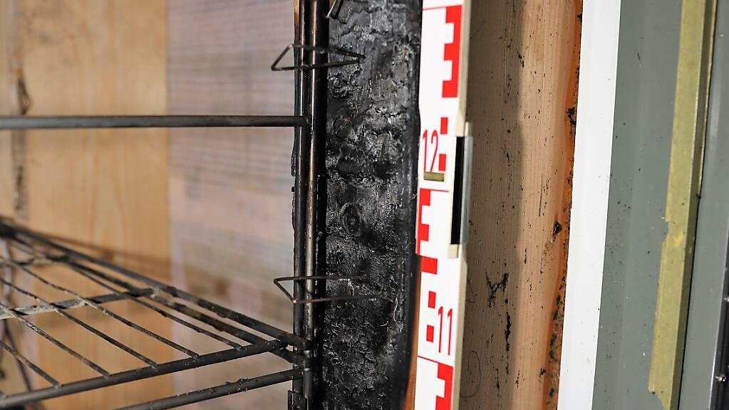 Beim Brand eines Regals in Mollis entstand Sachschaden von mehreren tausend Franken.