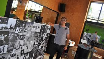 Lukas Meili beim DJ-Podest vor den Spiegelwänden.  iba