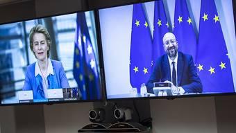 Charles Michel, Präsident des Europäischen Rates, spricht per Videoschalte mit Ursula von der Leyen, Präsidentin der Europäischen Kommission, vor einer gemeinsamen Videokonferenz mit dem britischen Premier Johnson. Foto: Francisco Seco/AP Pool/dpa