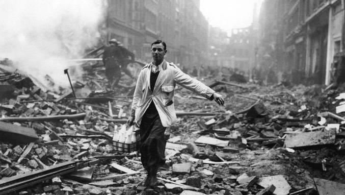 Trotz Bombenterror weitermachen: Ein Milchmann am 9. Oktober 1940 in Coventry, Grossbritannien.