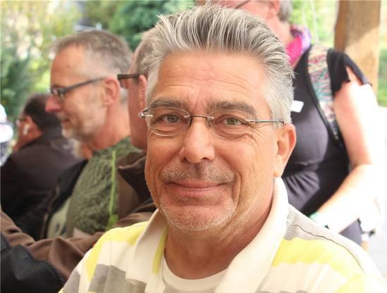 «Ich hatte vor 15 Jahren meinen ersten Herzinfarkt; da hat man mir Stents eingelegt», sagt Andi Steiner, «und an Ostern 2018 hatte ich wieder einen Infarkt. Notfallmässig kam ich nach Aarau in die Hirslandenklinik, wo man mir eine neue Herzklappe und einen Bypass aus Venen von meinem Bein eingesetzt hat.» Bei ihm gabs Komplikationen: «Durch einen Hustenanfall ist mein Brustbein wieder auseinandergebrochen. Man hats mit Draht wieder zusammengemacht.» Allgegenwärtig ist der Satz: Du darfst nicht mehr rauchen. «Das war schwierig und mit ein paar Rückschlägen verbunden. Wenn du Zigaretten kaufst, hast du verloren. Da gibts nur eins: Hart bleiben», sagt er.