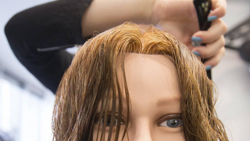 Rund jeder fünfte Lernende bricht die zweijährige berufliche Grundsbildung vorzeitig ab. Überdurchschnittlich häufig betroffen ist die Sparte «Friseurgewerbe und Schönheitspflege». (Symbolbild)