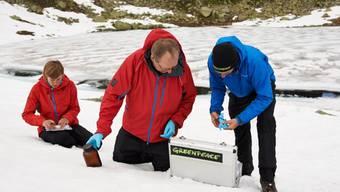 Greenpeace entnimmt Schnee-Proben bei den Macun-Seen im Unterengadin. (Archiv)