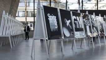 Die Schule für Gestaltung Basel zeigt mit 90 Originalen fast das gesamte Plakatwerk Hofmanns.
