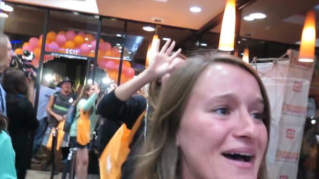 Ausschnitt aus dem Youtube-Video von Jenna Ezarik. Sie campierte die ganze Nach vor der Filiale und filmte sich dabei.