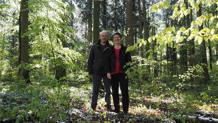 «Der Grabschmuck ist der Wald»: Hans und Gertrud Häseli im Waldstück, das sie als letzte Ruhestätte eingerichtet haben.