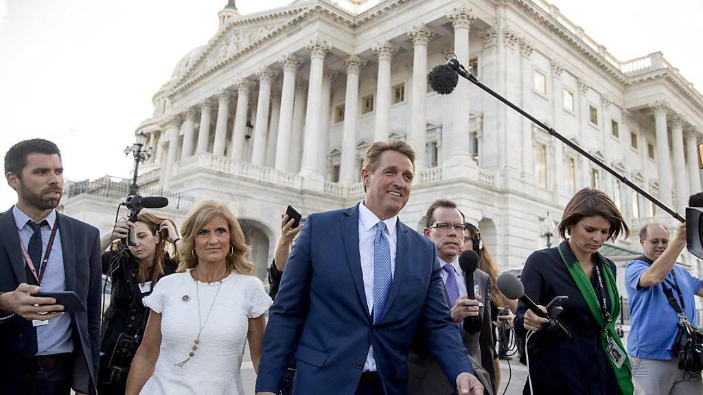 Senator Jeff Flake verlässt das Kapitol mit seiner Frau Cheryl. Zuvor hielt er eine 17-minütigen Brandrede gegen US-Präsident Trump und kündigte seinen Verzicht auf eine erneute Kandidatur an.
