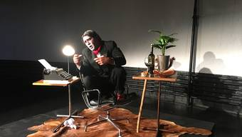Jens Wachholz spielt den Affen von Kafka.