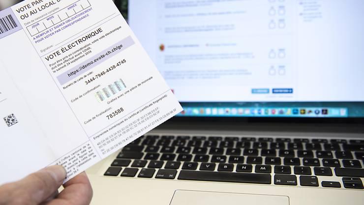 E-Voting ermöglicht das Abstimmen per Internet. Der Kanton Genf hat inzwischen sein System eingestellt. Damit verfügt nur noch die Post über ein E-Voting-System das nun einem öffentlichen Intrusionstest unterzogen werden soll. (KEYSTONE/Peter Schneider)