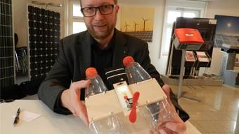 Beat Koch, IBW-Bereichsleiter Energievertrieb, zeigt einen Solar-Katamaran, der am Erlebnistag eingesetzt wird. Jörg Baumann