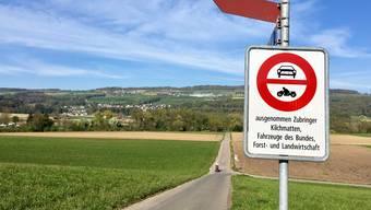 Die Durchfahrt ist nicht mehr erlaubt: Fahrverbot auf dem Weg zur Reuss in Fischbach-Göslikon ist jetzt montiert.