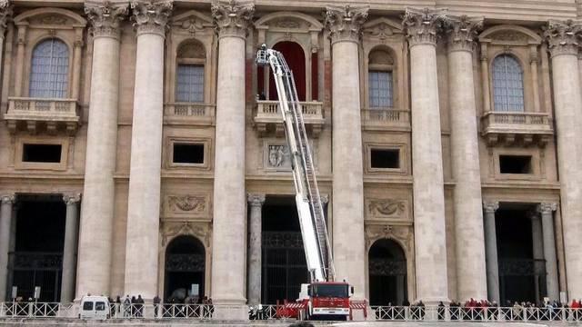 Ein Teppich wird an die Fassade gehängt, dann ist beim Petersdom alles bereit für Papstwahl