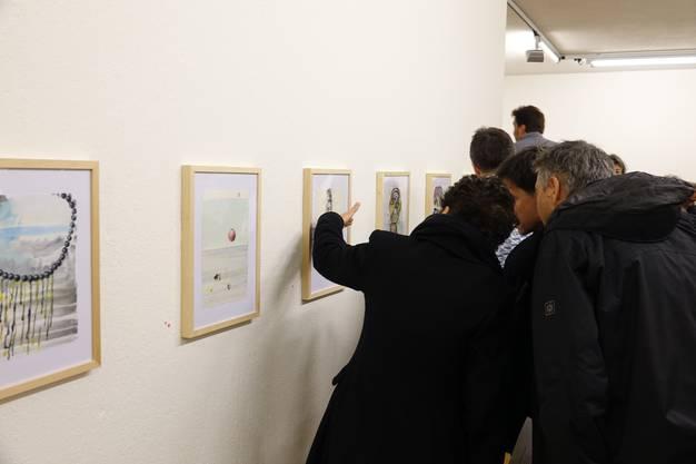Neugierig werden die zweiteiligen Bilder im A4-Format von Gabi Fuhrimann und Christian Herter betrachtet.