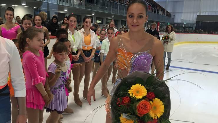 «Ich war auch heute nervös»: Sarah Meier dreht nach ihrem Auftritt eine Runde mit dem Nachwuchs des Eislaufclubs Aarau.