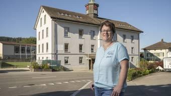 «Auch ich finde den neuen Farbton schöner», erklärt Frau Gemeindeammann Andrea Kuzma vor dem Schulhaus.