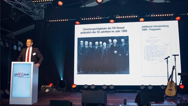 Verwaltungsratspräsident Erich Thalmann berichtet aus der Historie der Raiffeisenbank und zeigte sich glücklich über den 100. Geburtstag seiner Bank.