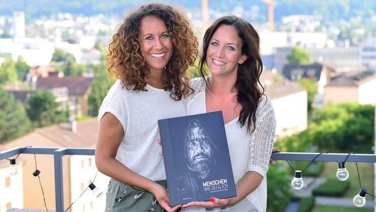 Aus Begegnungen mit Menschen aus aller Welt haben Sandra Bühler (links) und Sandra Schmid ein Buch gemacht.