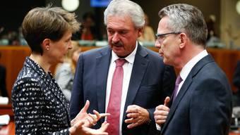 Bundespräsidentin Simonetta Sommaruga mit Deutschlands Innenminister Thomas de Maiziere (r.) und Luxenburgs Aussenminister Jean Asselborn.