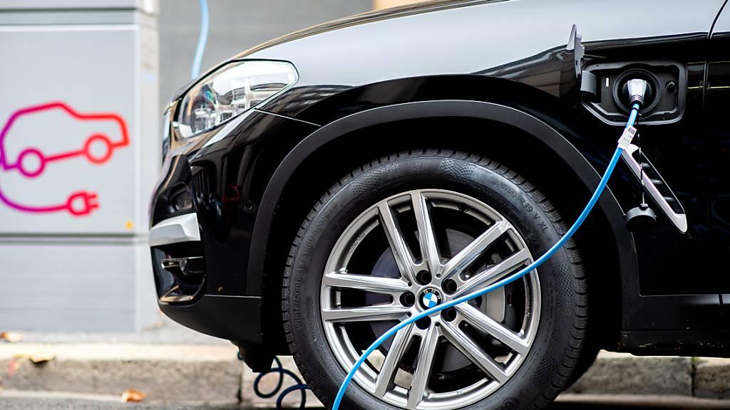 Weniger Fahrzeugzulassungen im Juli - Elektroautos boomen