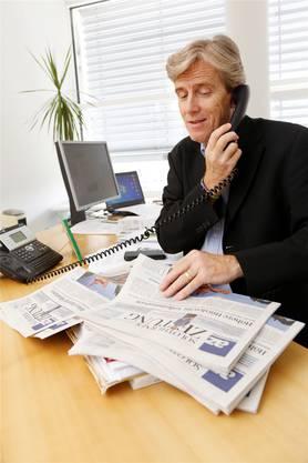 Im Element: Theo Eckert bei einer «Lesertelefon»-Aktion im Jahre 2014 in seinem Büro.