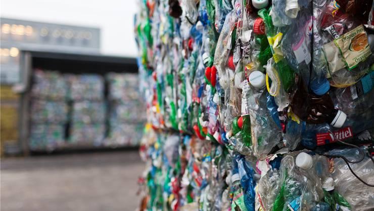 Gemeinden und Private drängen mit immer neuen Sammelsystemen auf den Markt – zum Ärger des Vereins PET-Recycling.Gaetan Bally/Keystone