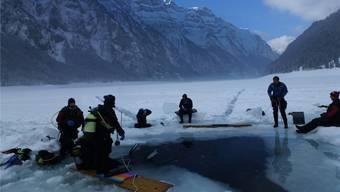 Das «Redsnapper»-Team beim Eistauchen am Klöntalersee.