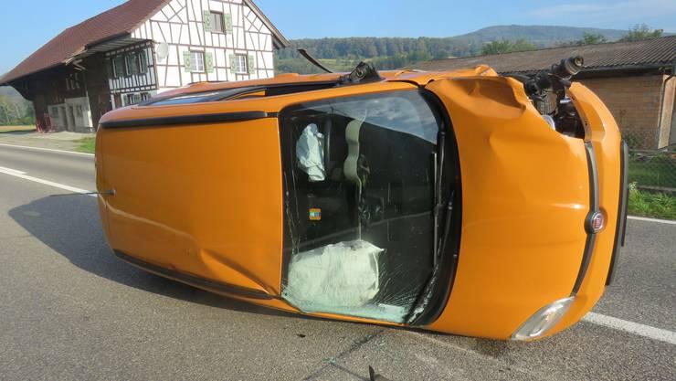 Eine Frau verlor wegen eines Insekts im Auto die Kontrolle über ihr Auto und kollidierte seitlich mit einem entgegenkommenden Fahrzeug. Dabei wurde auch eine Lärmschutzwand beschädigt.