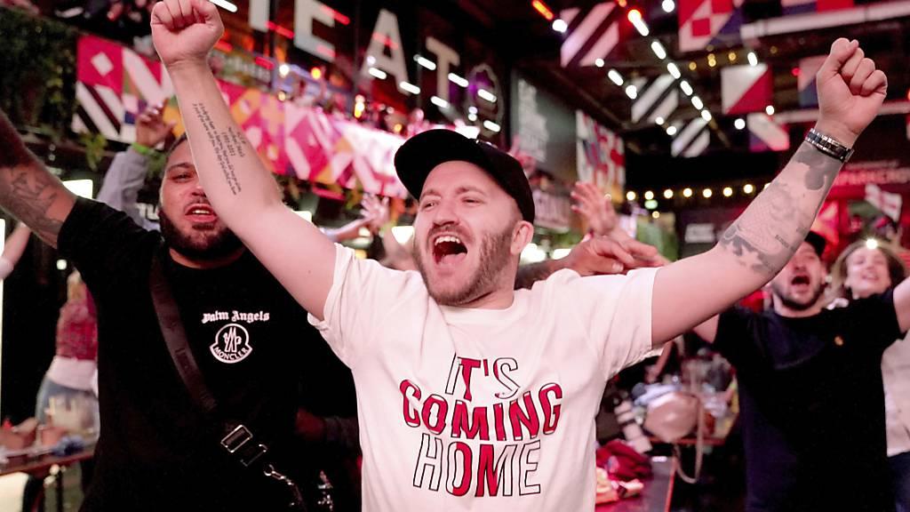 Die Engländer freuen sich über den Sieg ihrer Nationalmannschaft - und konsumieren in der Folge eifrig.
