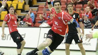 Pfadi-Spieler Filip Gavranovic beim erfolgreichen Torschuss gegen Kadetten Schaffhausen.