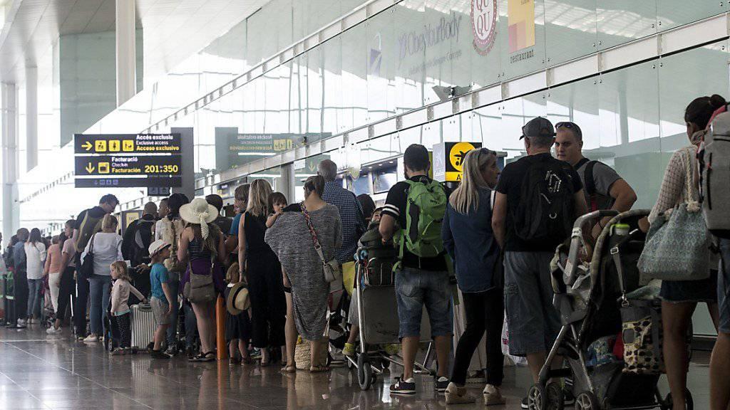 Seit Tagen müssen sich Reisende am Flughafen El Prat in Barcelona wegen mehrerer mehrstündiger Teilstreiks des Sicherheitspersonals gedulden. Ab Montag droht nun gar ein unbefristeter Streik.