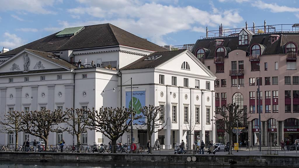 Das Luzerner Theater sagt eine Vorführung wegen eines Coronaverdachtsfalls im Umfeld des Ensembles ab. (Archivaufnahme)