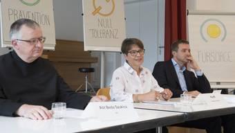 Abt Beda Szukics, Heimleiterin Pia Iff und Guido Fluri, Initiant der Wiedergutmachungsinitiative, setzen sich dafür ein, dass ein dunkles Kapitel Schweizer Geschichte ans Licht kommt.