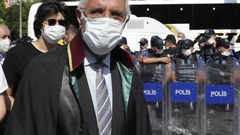 ARCHIV - Mehmet Durakoglu, Vorsitzender der Anwaltskammer von Istanbul, geht an einer Barrikade aus Sicherheitskräften vorbei, die demonstrierenden Anwälten den Zugang zum Parlamentsgebäude am zweiten Tag in Folge versperren. Foto: Burhan Ozbilici/AP/dpa
