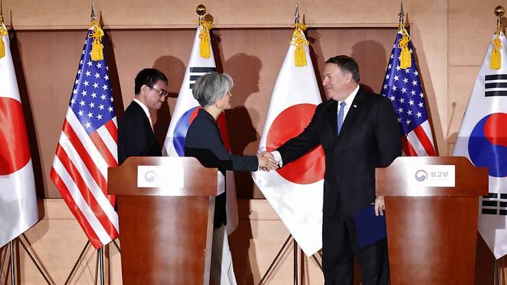 Nordkoreas Machthaber Kim Jong Un sei sich der Dringlichkeit der Denuklearisierung bewusst, sagte von US-Aussenminister Mike Pompeo (rechts) am Donnerstag bei einer Pressekonferenz mit seinen Amtskollegen aus Südkorea und Japan in Seoul.