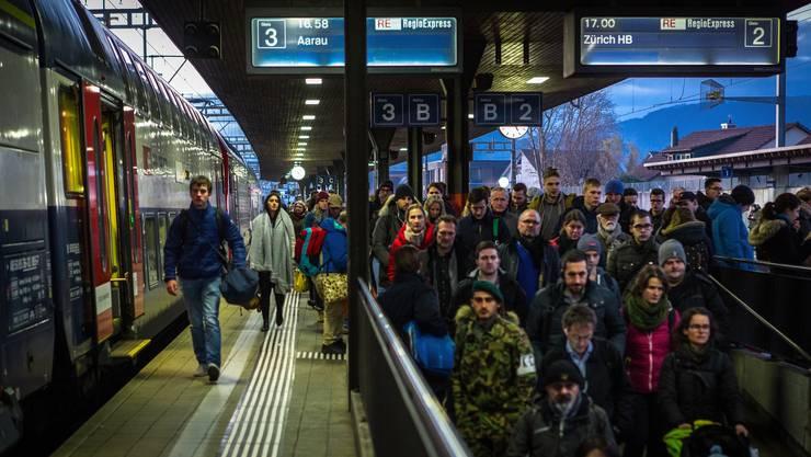 Der Bahnhof Lenzburg während der Zugsankunft der Pendelzüge in der feierabendlichen Rush-Hour. Die Menschenmenge drängt sich durch die schmalen Perrons.