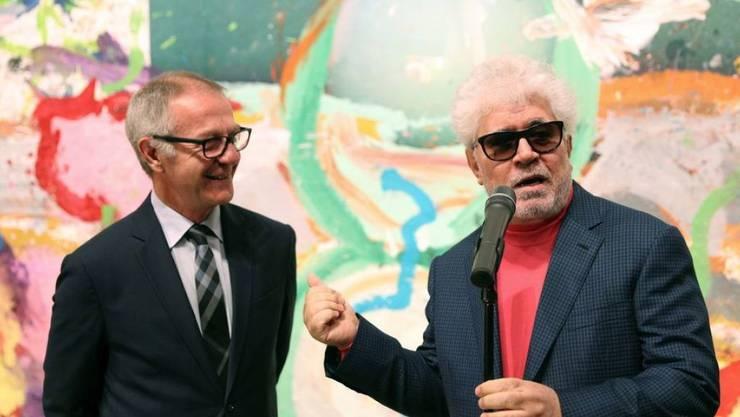 """Pedro Almodovar (r) tut aich auch Maler hervor. Hier am 21. November 2019 mit dem spanischen Minister für Kultur und Sport, José Guirao, bei der Eröffnung der Ausstellung """"Flores"""" in Madrid."""