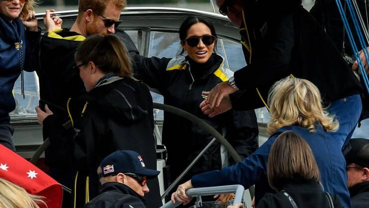 Prinz Harry und die schwangere Herzogin Meghan stiegen auf ein Boot, um einen Segel-Wettkampf im Hafen von Sydney aus der Nähe verfolgen zu können.